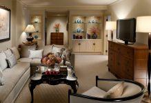 Бежевые обои в интерьере гостиной: 35 фото в фото