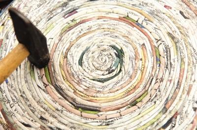 Часы из газетных трубочек в фото