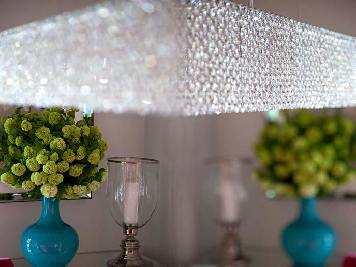 Дизайн гостиной комнаты с деталями бирюзового и малинового цветов в фото