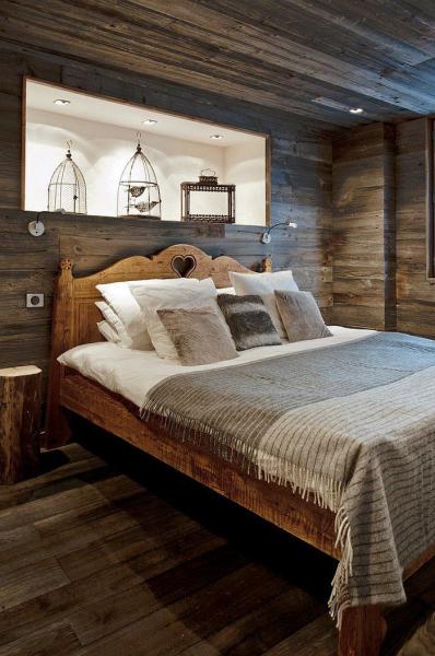 Идея для спальни — встроенные полки в изголовье кровати в фото