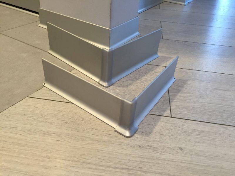 Использование алюминиевого плинтуса для пола в фото