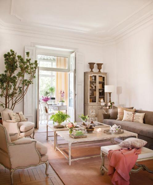 Красивая гостиная комната с налетом винтажности (дизайнер Isabel Flores) в фото