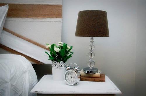 Настольная лампа в интерьере: от лоджии до прихожей, от классики до хай-тека в фото