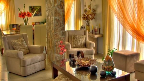 Оформление стен и остального пространства в гостиной при помощи аксессуаров