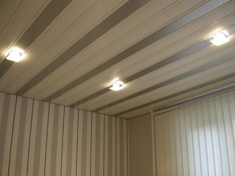 Панели для потолка в комнате: дешево и красиво в фото
