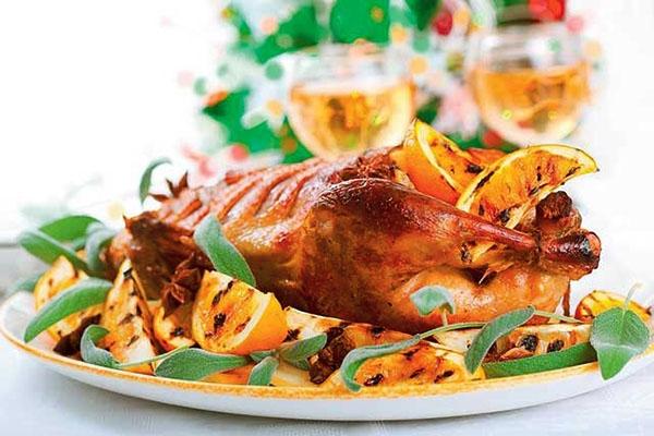 Утка, запеченная в духовке с яблоками, апельсинами, в фольге, рукаве, рецепты, видео