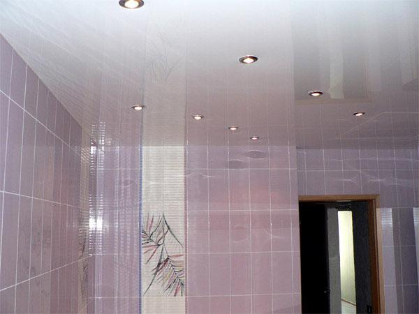 Потолок в ванной комнате. Как правильно стоит выбирать отделочные материалы