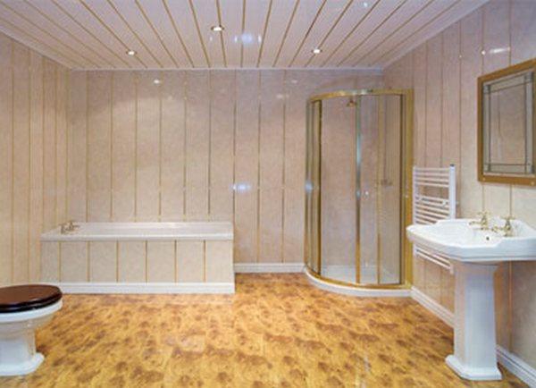 Большая и светлая ванная комната с отделкой панелями пвх