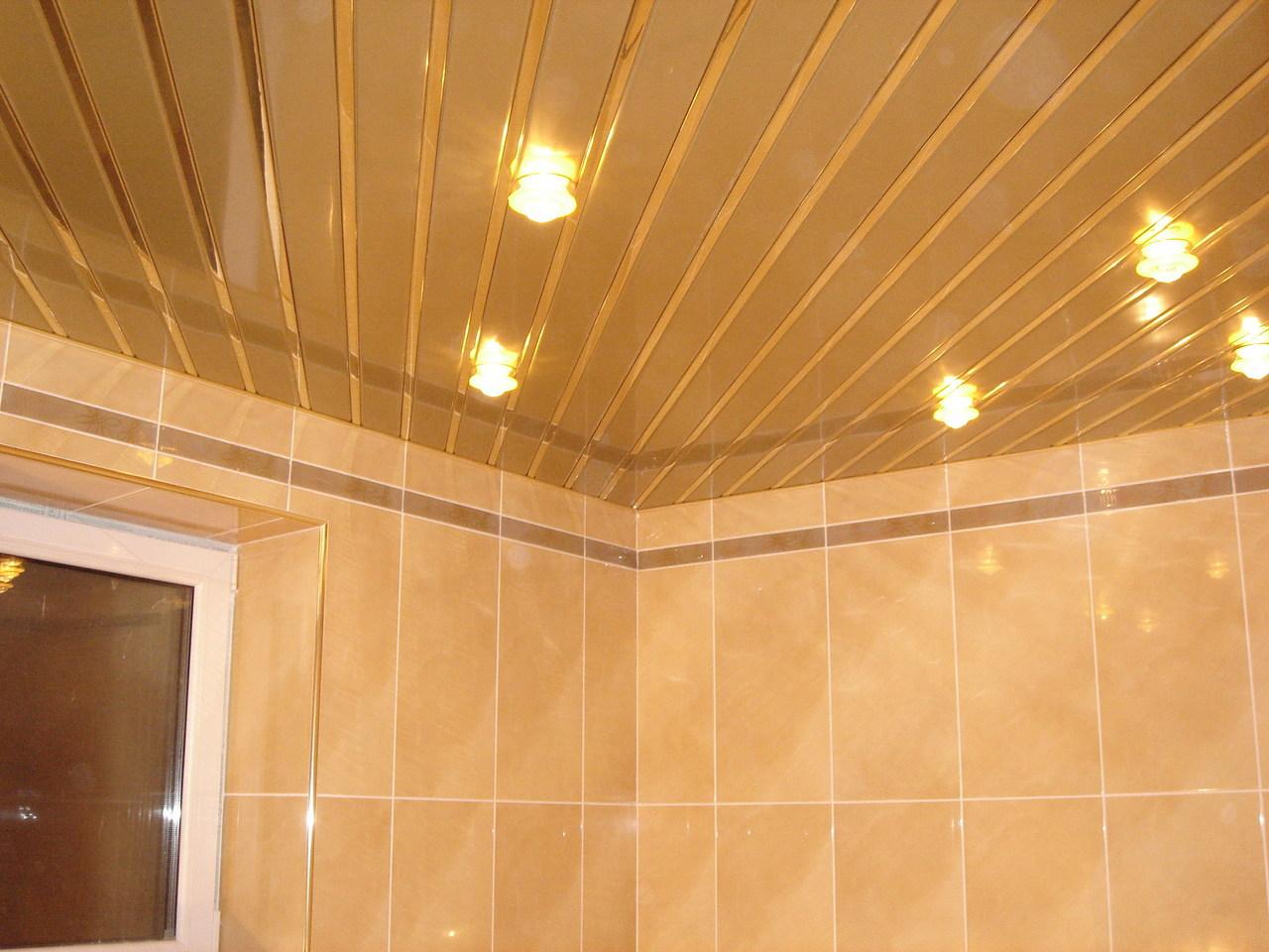 Современный дизайн потолка в ванной комнате