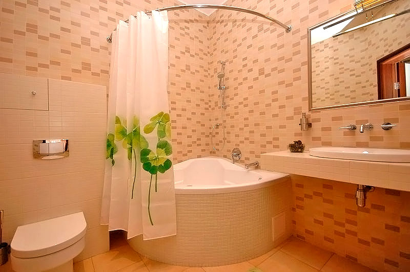 Фото дизайна ванной комнаты в розовом цвете с отделкой плиткой