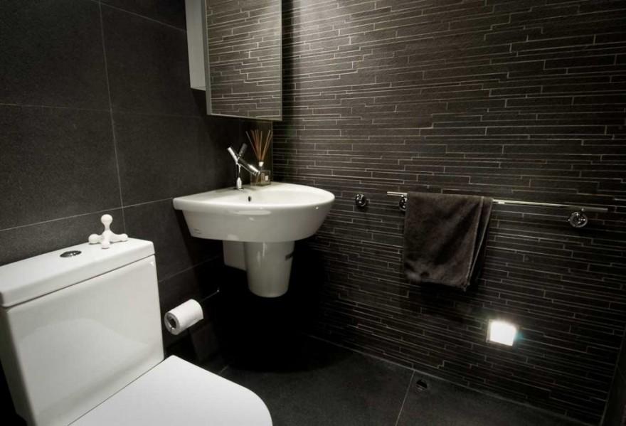 Преимущества черной плитки для строгой ванной комнаты