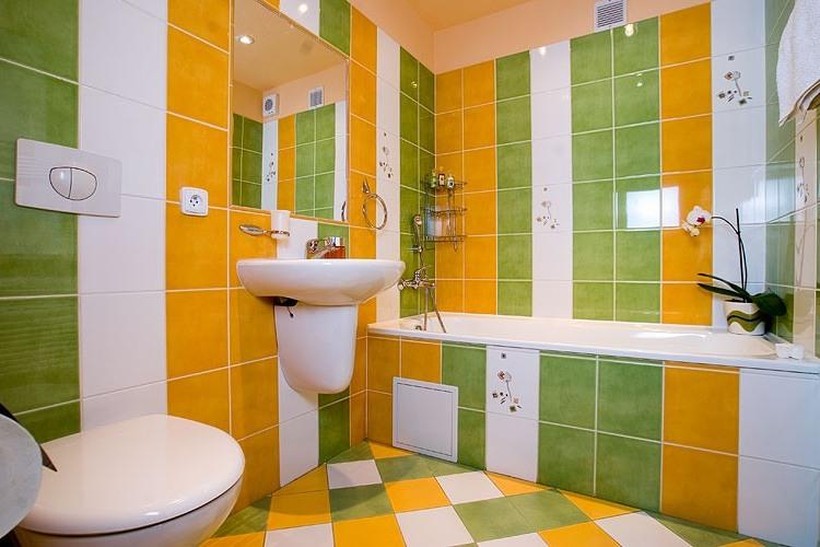 Фото дизайна плитки в ванной комнате в зеленых и желтых тонах