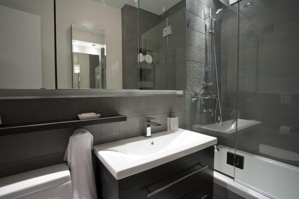 Фото современного дизайна ванной комнаты с маленькой площадью