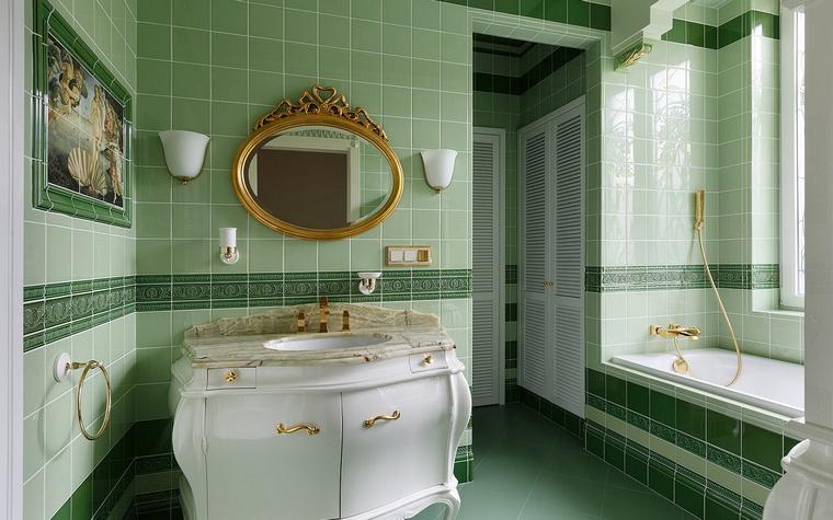 Фото дизайна плитки в зеленых тонах для маленькой ванной комнаты