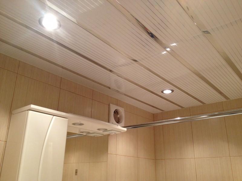 Фото дизайна широкого реечного потолка для ванной комнаты