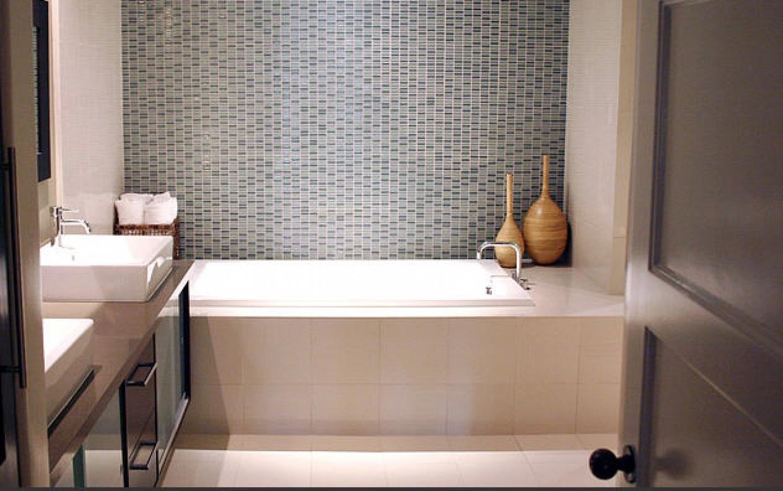 Дизайн маленькой ванны плиткой 105