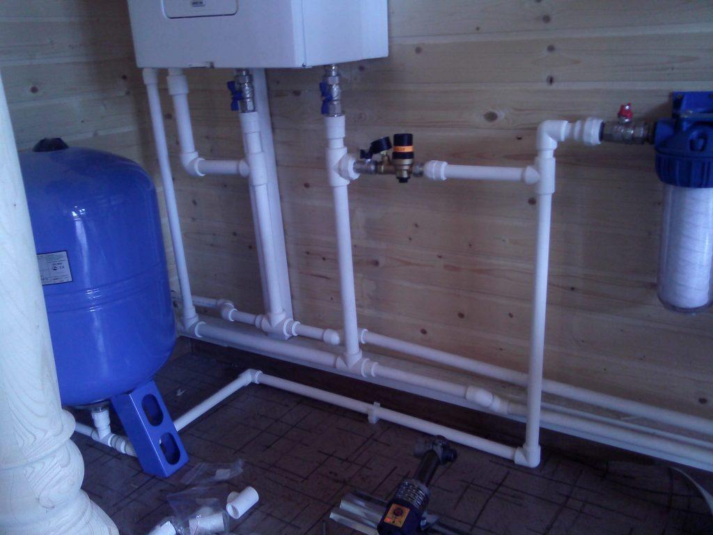 Монтаж водопровода при ремонте в ванной малого размера