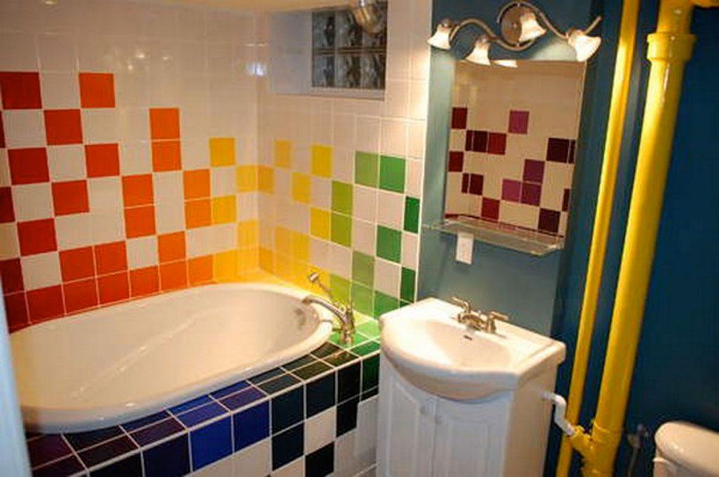 Яркий и необычный дизайн для ванной комнаты с маленькой площадью