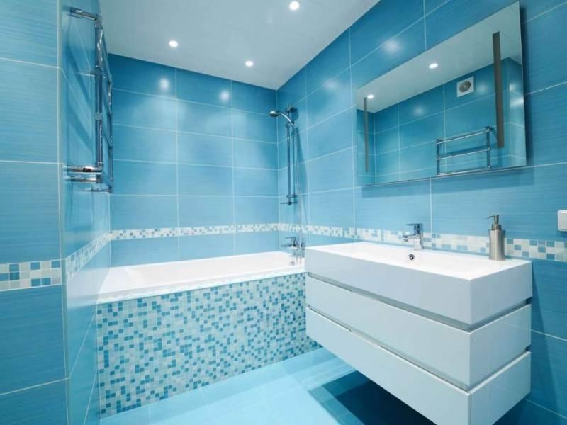 Необычный дизайн яркой ванной комнаты с маленькой площадью в голубом цвете