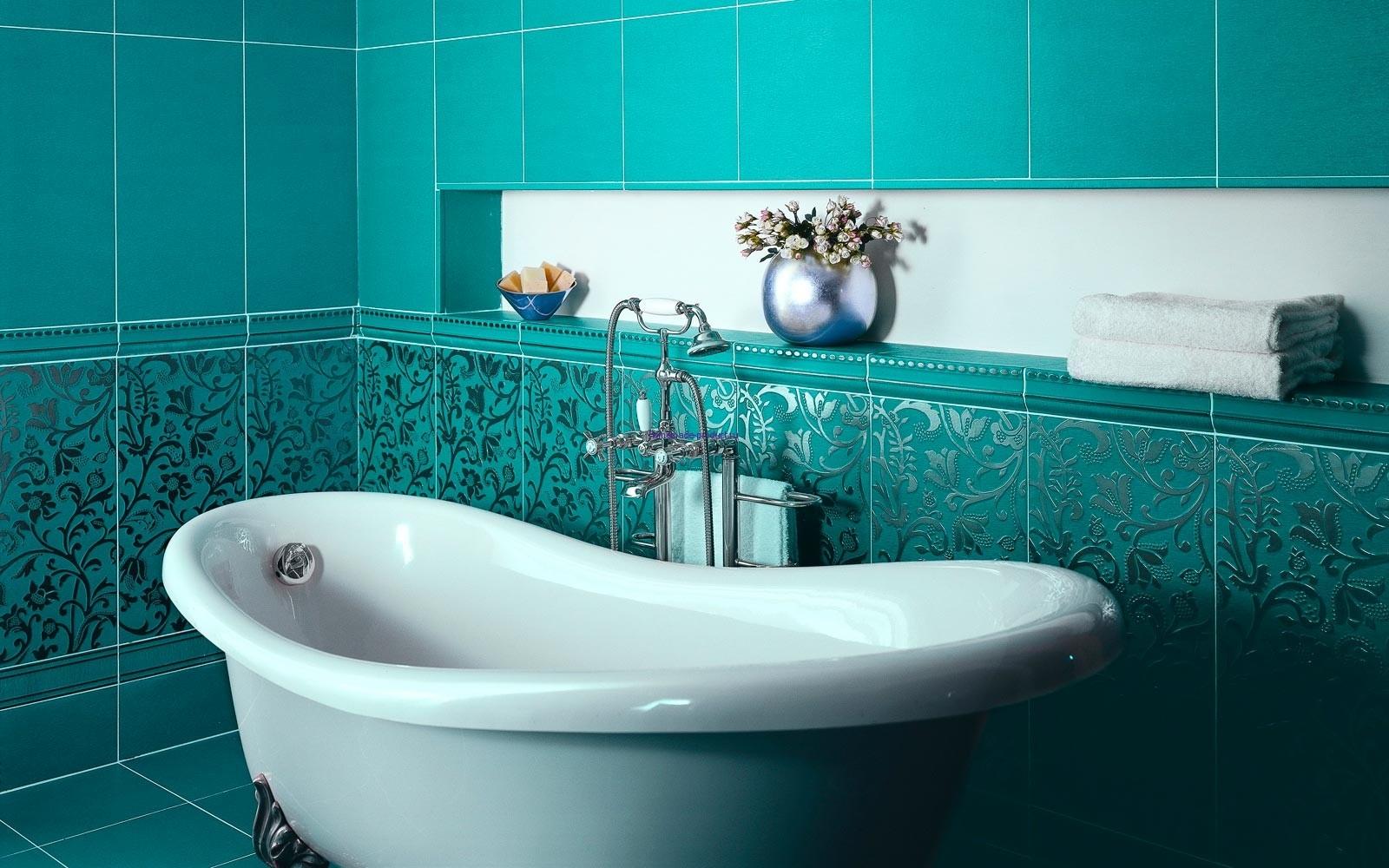 Кафельная плитка яркого и насыщенного бирюзового цвета для ванной комнаты