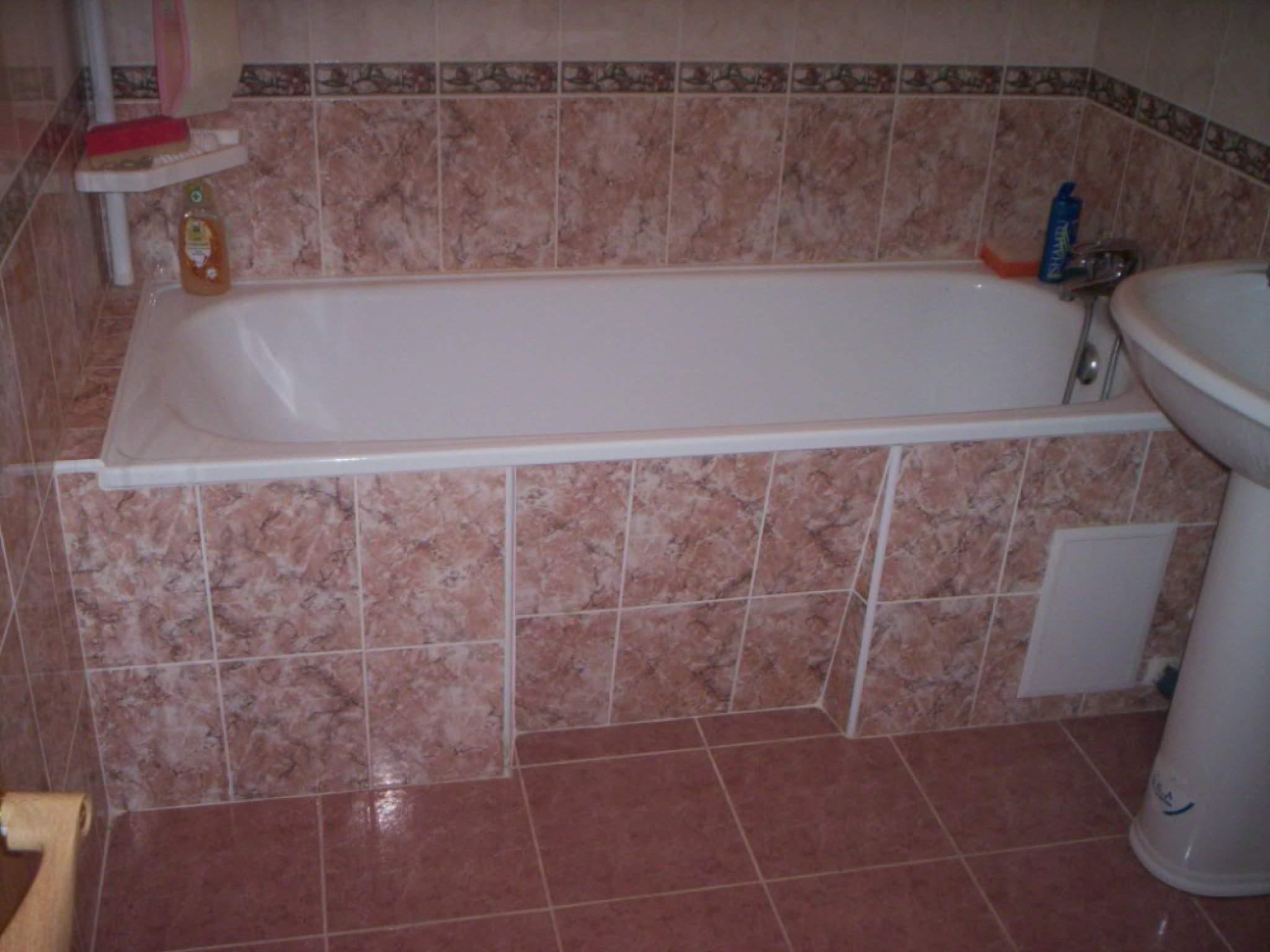 Кафельная плитка коричневого цвета с оригинальным принтом для оформления ванной комнаты