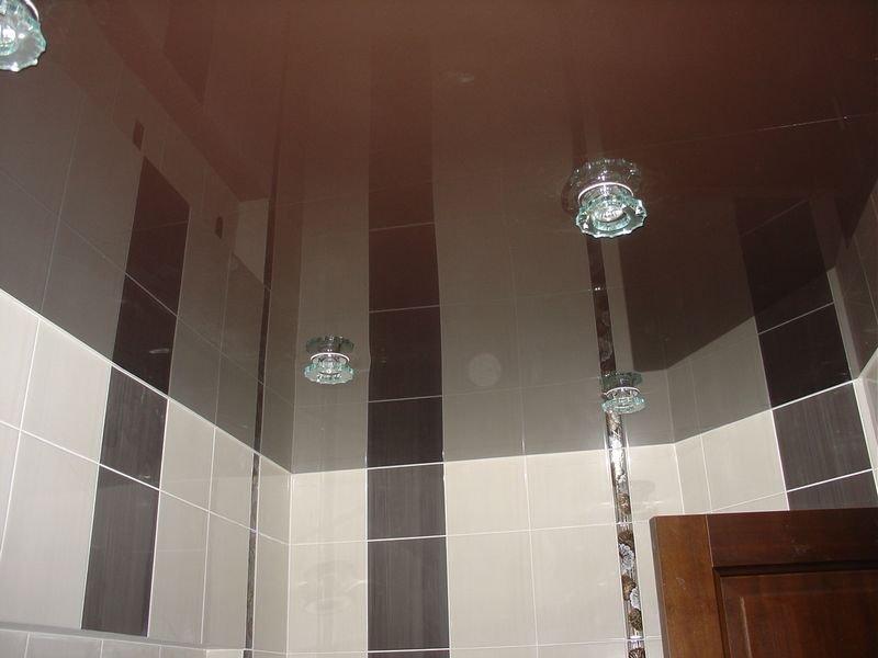 Как правильно выбрать темный потолок для маленькой ванной комнаты