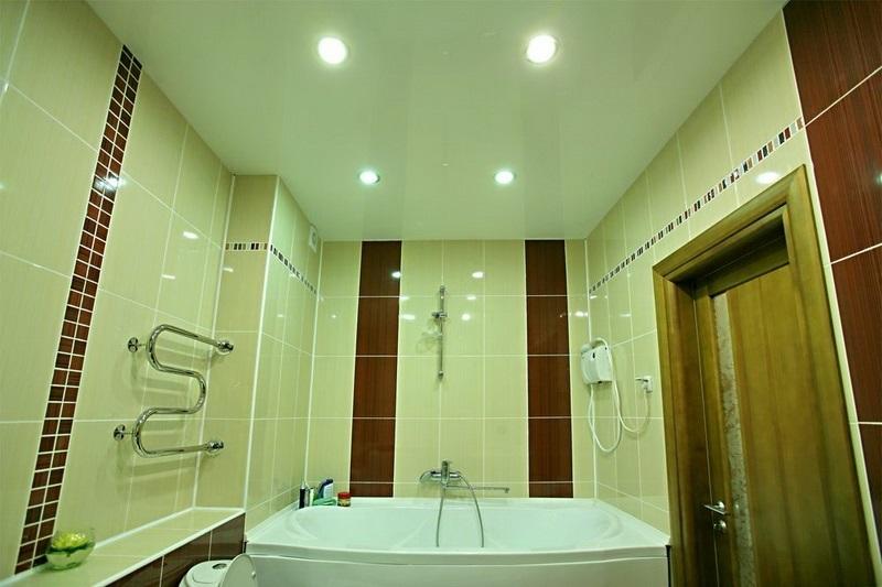 Как правильно выбрать потолок для ванной комнаты в строгом дизайне