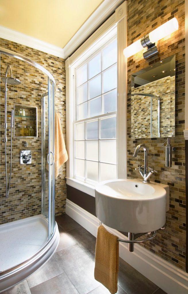 Дизайнерская кирпичная стена из плитки в ванной комнате