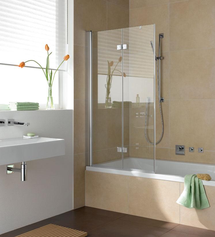 Выбор стеклянной шторки для классической светлой ванной комнаты