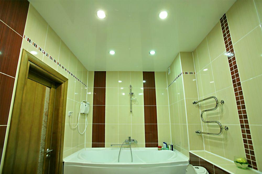 Как правильно выбрать потолок для ванной комнаты в светлых тонах