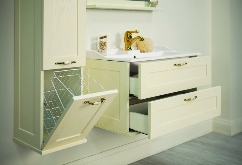 Мебель «Акватон» с  выдвижными полками для светлой ванной комнаты