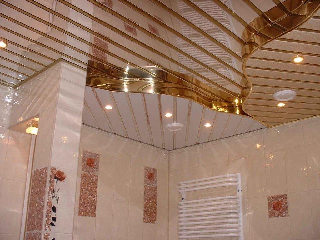 Многоуровневый реечный потолок в ванной комнате с золотым декором
