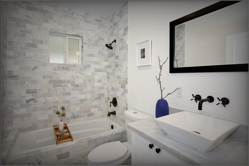 Модная плитка для маленькой ванной комнаты с яркими акцентами на стенах