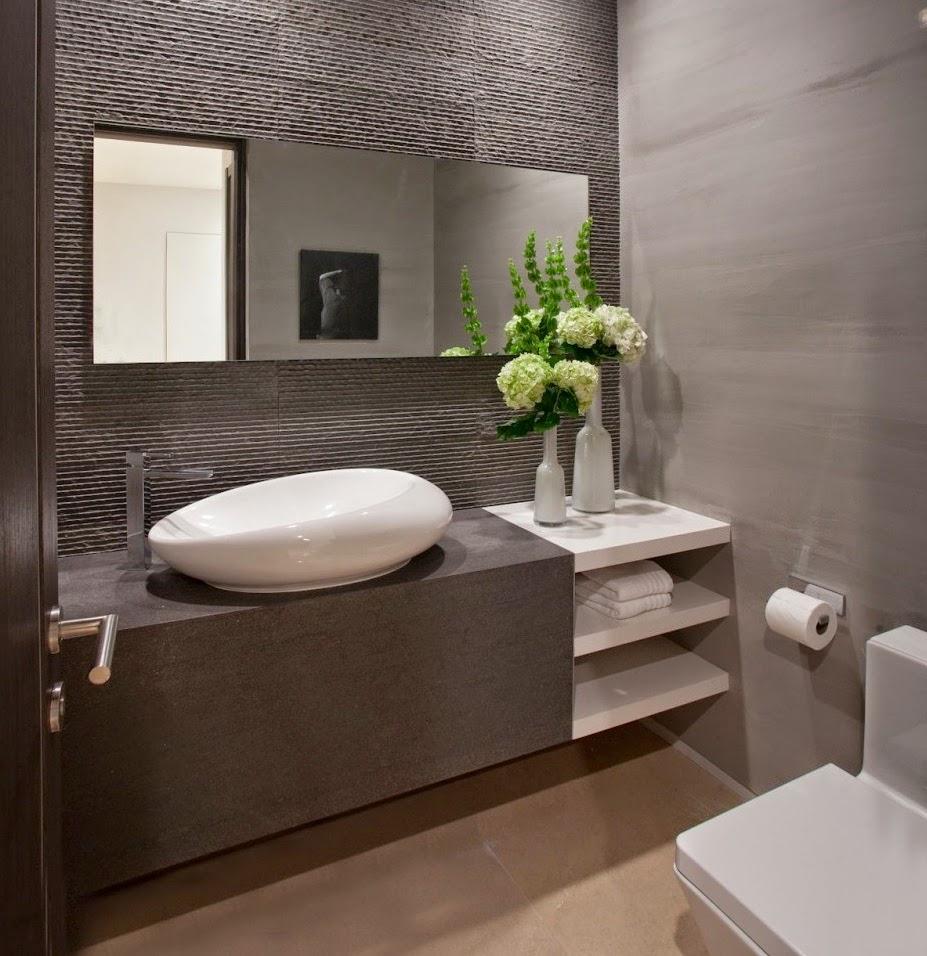 Фото модной светлой плитки для маленькой ванной комнаты