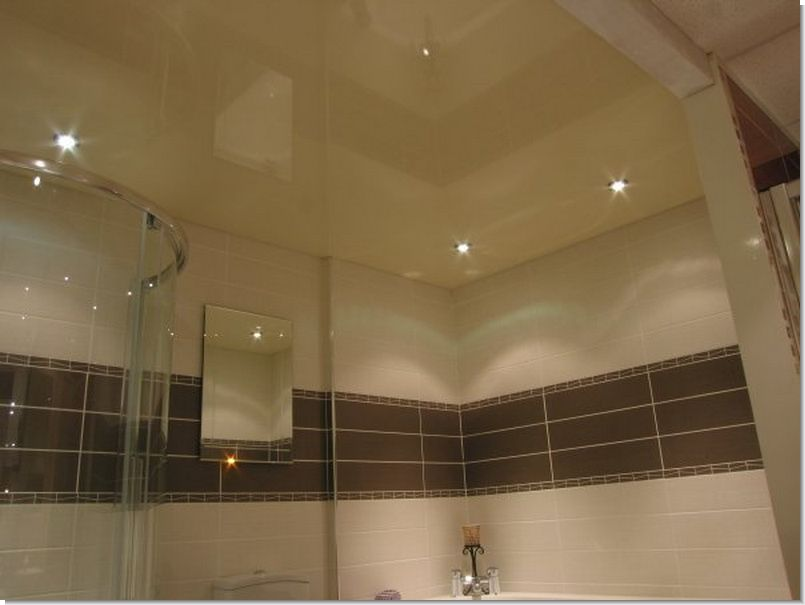 Натяжной потолок в ванной комнате с отделкой в светлых оттенков