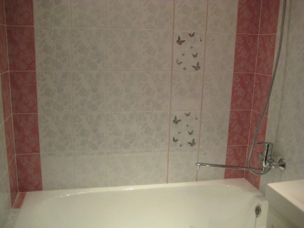 Оригинальное решение декора ванной комнаты пластиковыми панелями с рисунком
