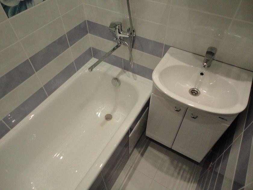 Отделка ванной комнаты модной плиткой в серых приглушенных тонах