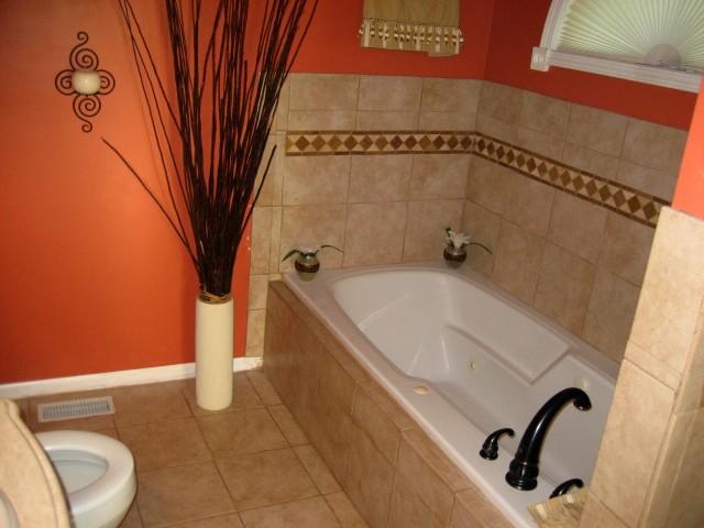 Отделка ванной комнаты плиткой яркого оранжевого цвета как на модном фото