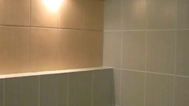 Пластиковые панели светлого тона как декор для маленькой ванной комнаты