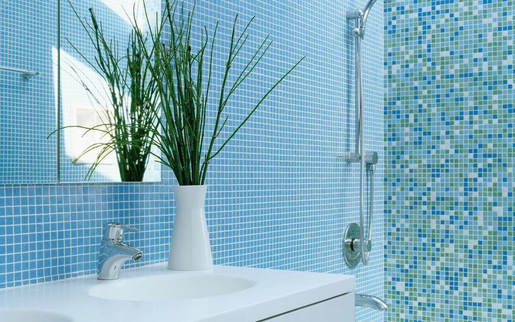 Оригинальная плитка нежного голубого цвета для маленькой ванной комнаты