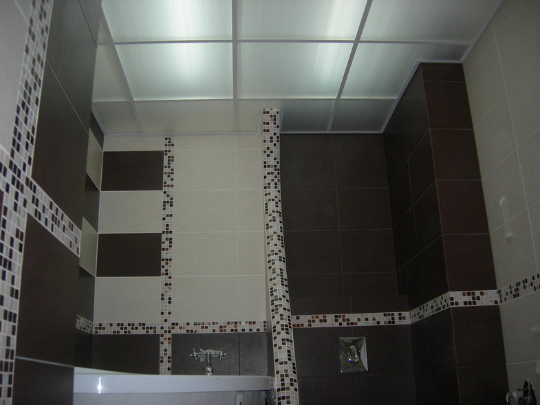 Как выбрать потолок с подсветкой для темной ванной комнаты