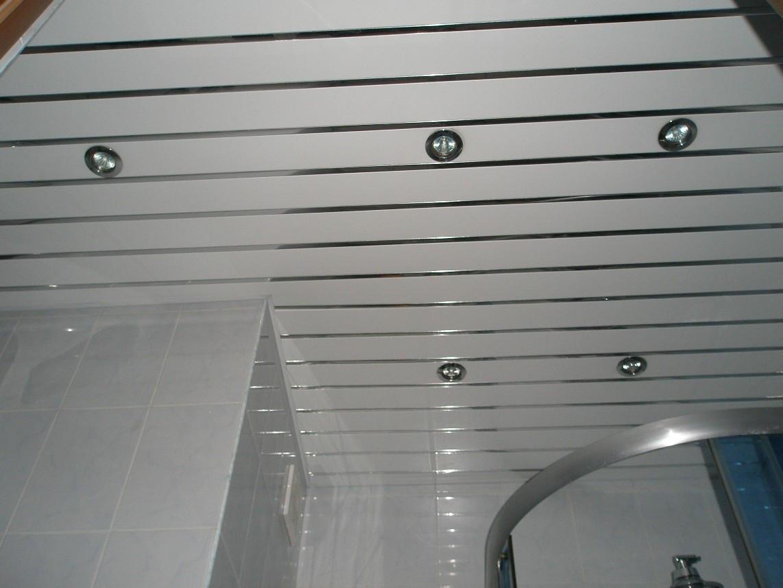 Потолок с подсветкой для современной и практичной ванной комнаты