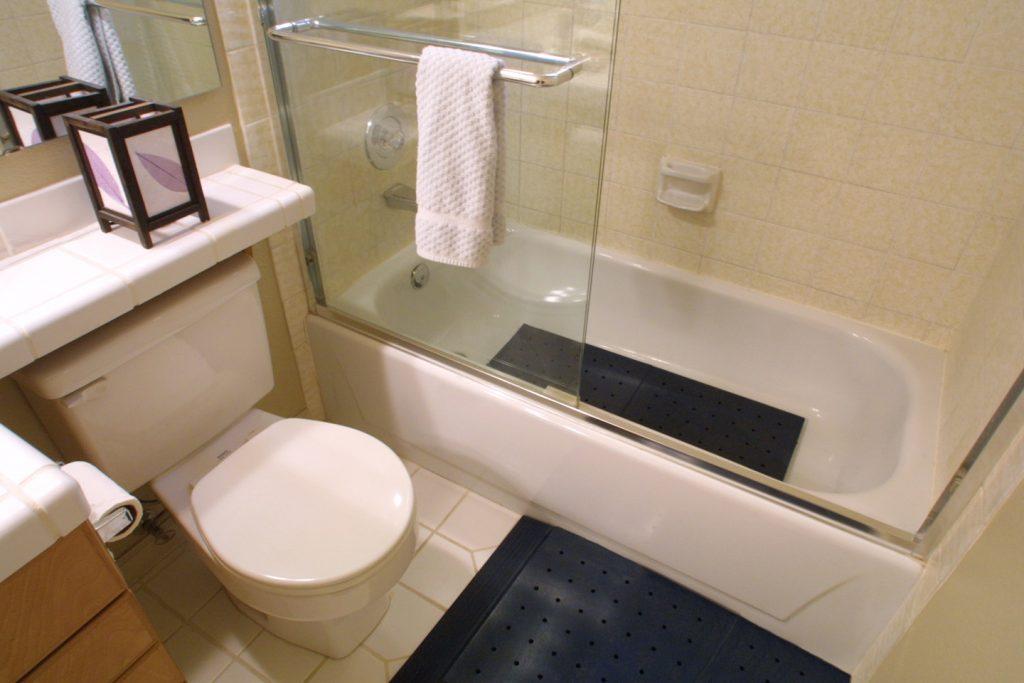 Практичный коврик черного цвета для ванной комнаты и туалета