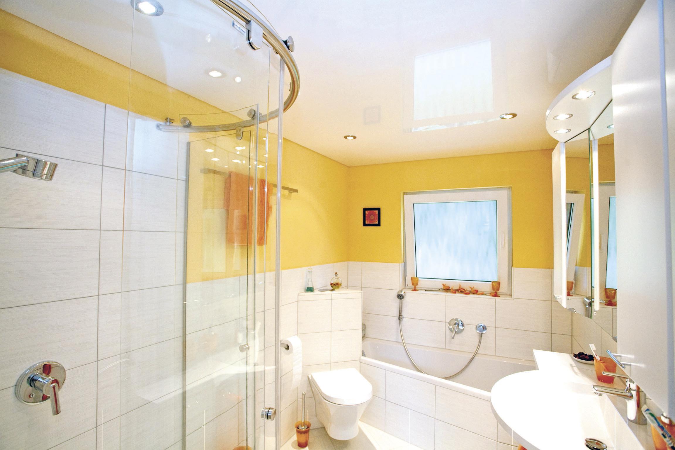 Практичный потолок для ванной комнаты с ярким декором