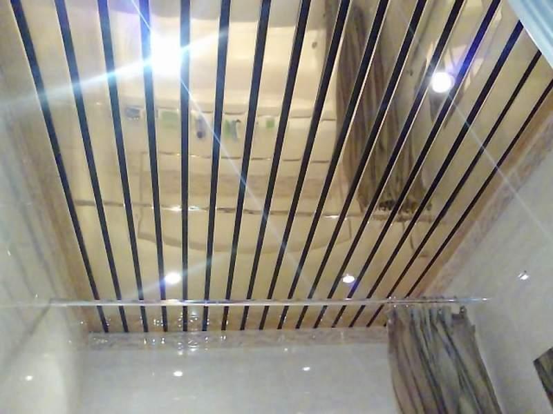 Оригинальный реечный потолок в большой ванной комнате