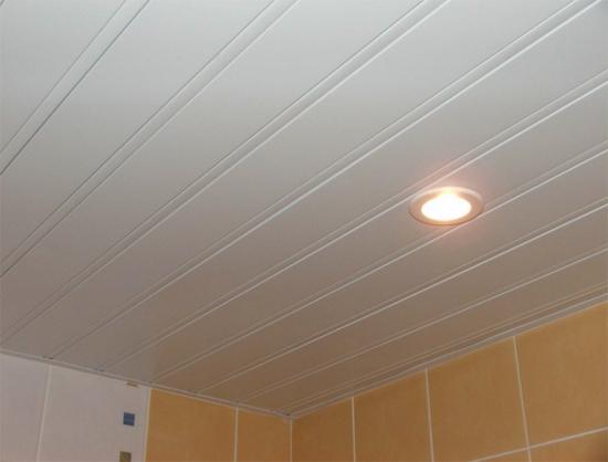 Реечный потолок с подсветкой для ванной комнаты