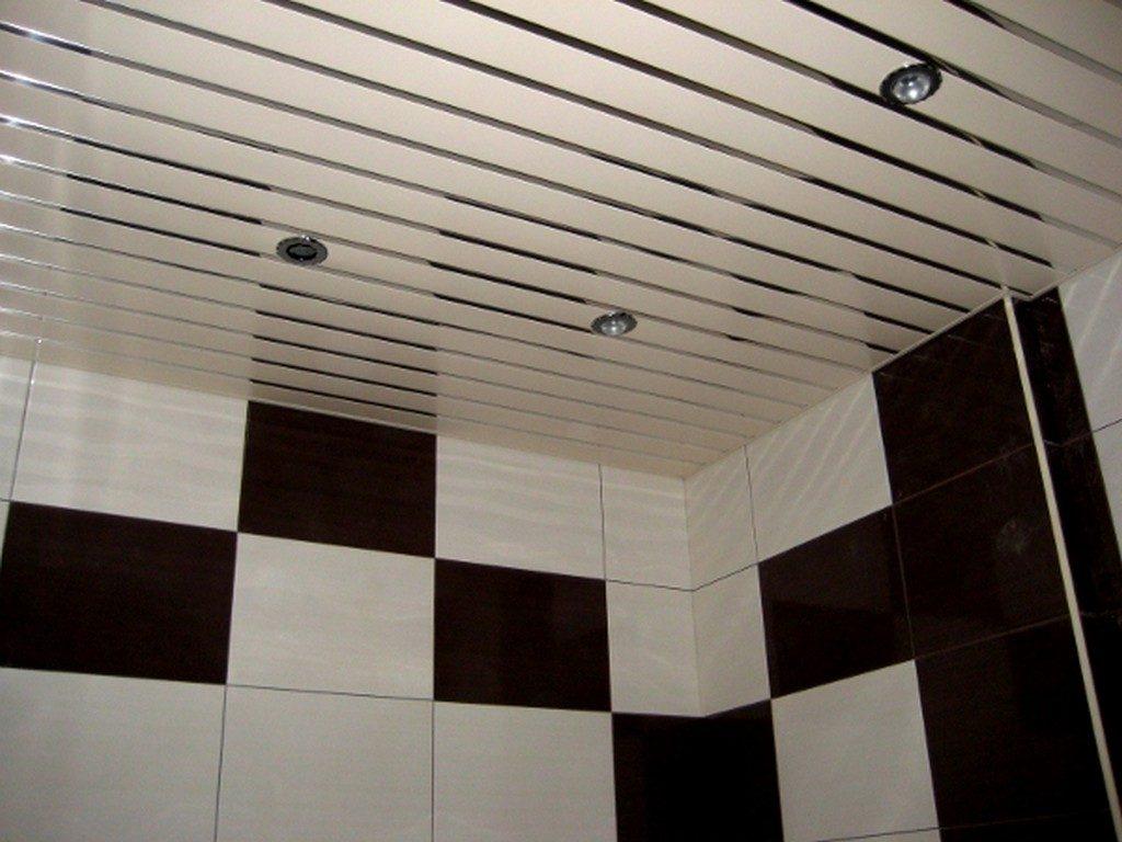 Реечный потолок как декор для ванной комнаты в черно-белом стиле