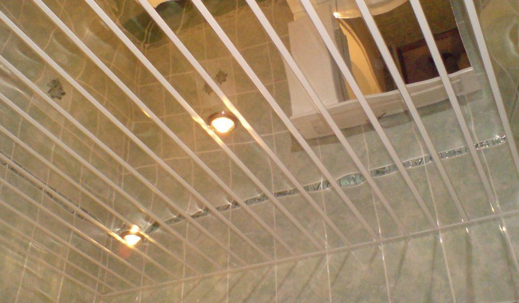 Реечный потолок для зеркального дизайна ванной комнаты