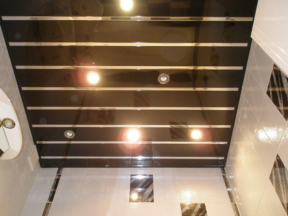 Реечный потолок в строго ванной комнате с высокими стенами