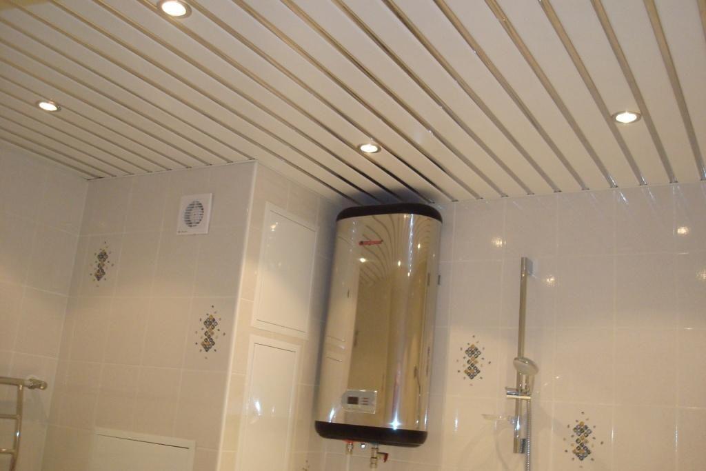 Реечный потолок как декор для большой и светлой ванной комнаты